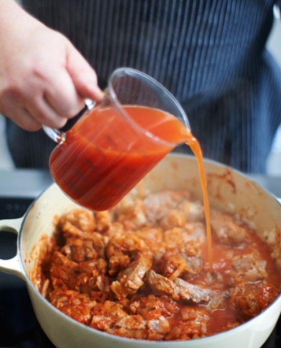 Tomatenmark und Wasser in den Bräter geben und zugedeckt aufkochen. Gulasch bei milder Hitze 1:30 Stunden schmoren. Durchrühren und halb zugedeckt weitere 2 Stunden schmoren, gelegentlich umrühren. Tipp: Um die Sauce – und damit die Aromen – zu konzentrieren, schmort das Gulasch einen Teil der Zeit mit halb geöffnetem Deckel. Viele weitere Tipps findet ihr in unserer Gulaschstrecke.