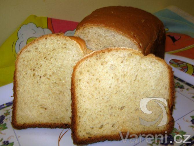 Chléb s tvarohem vhodný ke konzumaci s bylinkovým máslem nebo jemnými tavenými sýry.