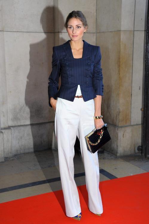 Pantalon blanco, chaqueta corta azul.