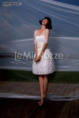 http://www.lemienozze.it/operatori-matrimonio/vestiti_da_sposa/il-giardino-fiorito-delle-spose/media/foto/25  Abito da sposa corto con gonna di piume