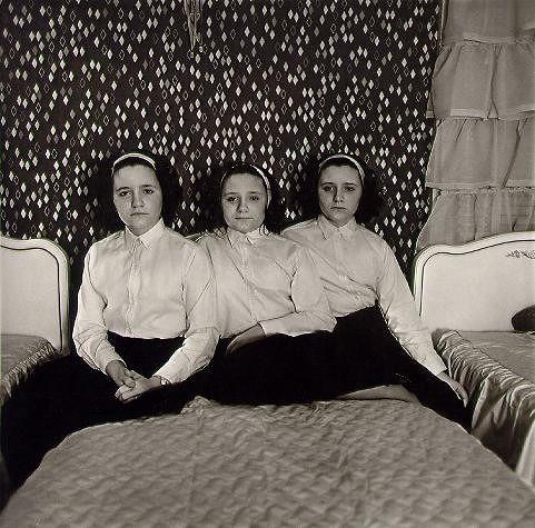 Drieling in hun slaapkamer, 1963 © Diane Arbus