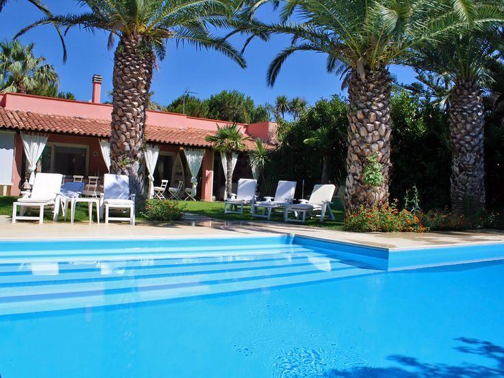Luxusvilla in Sizilien mit privatem Pool, Garten mit Palmen, offenem Kamin, wunderschön eingerichtet im Yachthafen Portorosa unweit vom Strand.