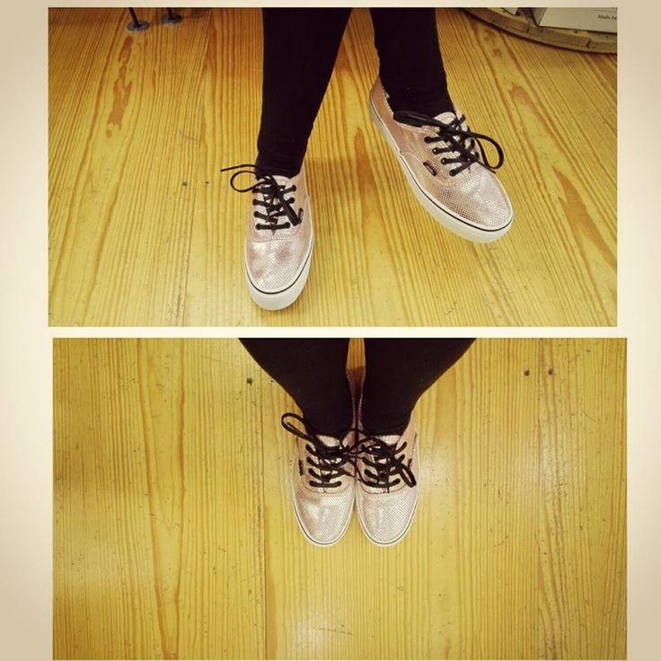 > H Vans σαν μια εταιρεία που ξέρει πολύ καλά το χώρο του στυλ και της μόδας μας προτείνει το κλασσικό Authentic μοντέλο της σε μεταλλική ροζ απόχρωση αλλά σε πλατφόρμα, όπου με αυτό τον τρόπο δίνει άλλη όψη σε ένα τόσο κλασσικό παπούτσι.... > shoponline / http://wearhouse.gr/female/shoes-1/sneakers-female-shoes?product_id=8084