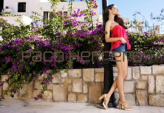 La colección se basa principalmente en grandes plataformas y zapatos casuales ideales para ilimitadas ocasiones como agradables paseos cerca del mar o vertiginosas tardes de compras.