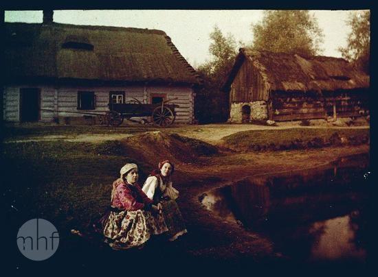 Okolice Krakowa, widok wsi. Fotograf Tadeusz Rząca. Polska. 1905-1915. Utwór w domenie publicznej.