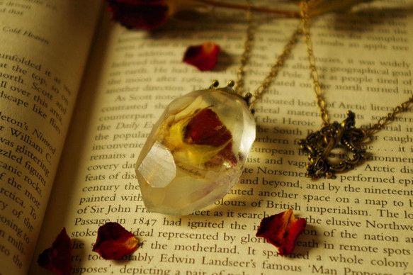 Ondine Curse  /  オンディーヌの呪い薔薇を封入し王冠と額縁のマンテル仕様のアンティークなネックレスになります。size : necklacet...|ハンドメイド、手作り、手仕事品の通販・販売・購入ならCreema。
