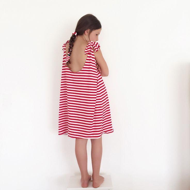 Maellita est une grande robe loose. Longue pour les petites filles de 5/6 ans, elle sera plus courtes pour les jeunes filles de 10/12 ans.Bohème, chic, décontractée à vous de lui donner le style que vous souhaitez en vous amusant avec les bretelles, plus ou moins serrées, en les nouants avec un gros noeud ou seulement une petite boucle. Elle est idéale pour les journées plage, et les longs week-end ensoleillés.Mesures:Largeur poitrine 48 cmLongueur devant...