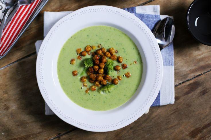 A brokkoli talán az egyik legközkedveltebb krémleves alapanyag és mi most megmutatjuk, hogyan tudtok brutál gyorsan összedobni egyet. Mellé pedig egy extra levesbetét receptet is mutatunk, sült csicseriborsó formájában.