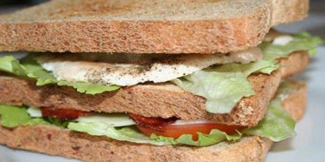 Lav din egen, klassiske club sandwich med det hele, perfekt til frokost eller en madpakke, du kan gå og glæde dig til hele dagen. Utroligt nemt.