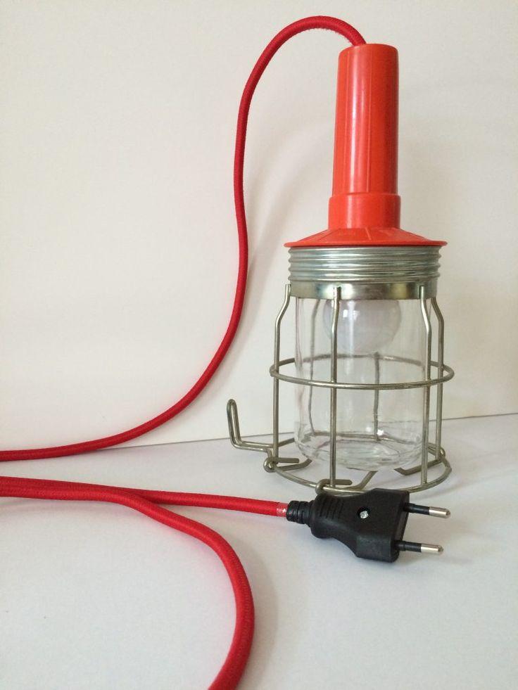 Oranje looplamp # 1 Deze oranje looplamp is een echte eyecatcher in jouw interieur. De lamp heeft een kunststof handvat, porseleinen fitting en is voorzien van nieuw rood snoer en een stekker. * Afmeting: 23 x 10,5 cm, snoer van 3 meter * Materiaal: Kunststof, aluminium, glas, porseleinen fitting E27 * Prijs: € 34,95 exclusief peertje E27