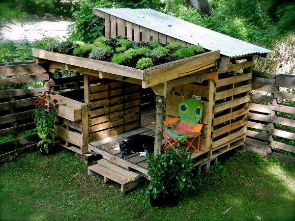 Pour les enfants, une jolie cabane de jeux  en palettes. Au vu de la photo, le chien l'a adoptée ^^