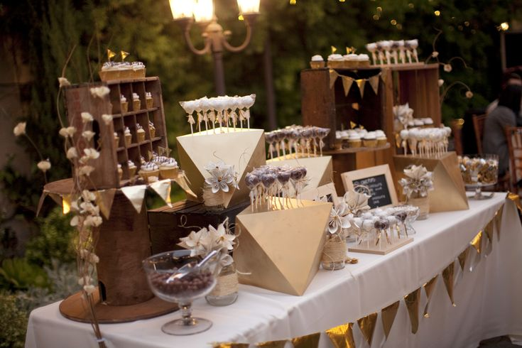 Cupcake/cakepop table at night, with added candy bar. Vintage, rustic, gold, DIY. Give the guests little bags so that they can take some sweets for the road!