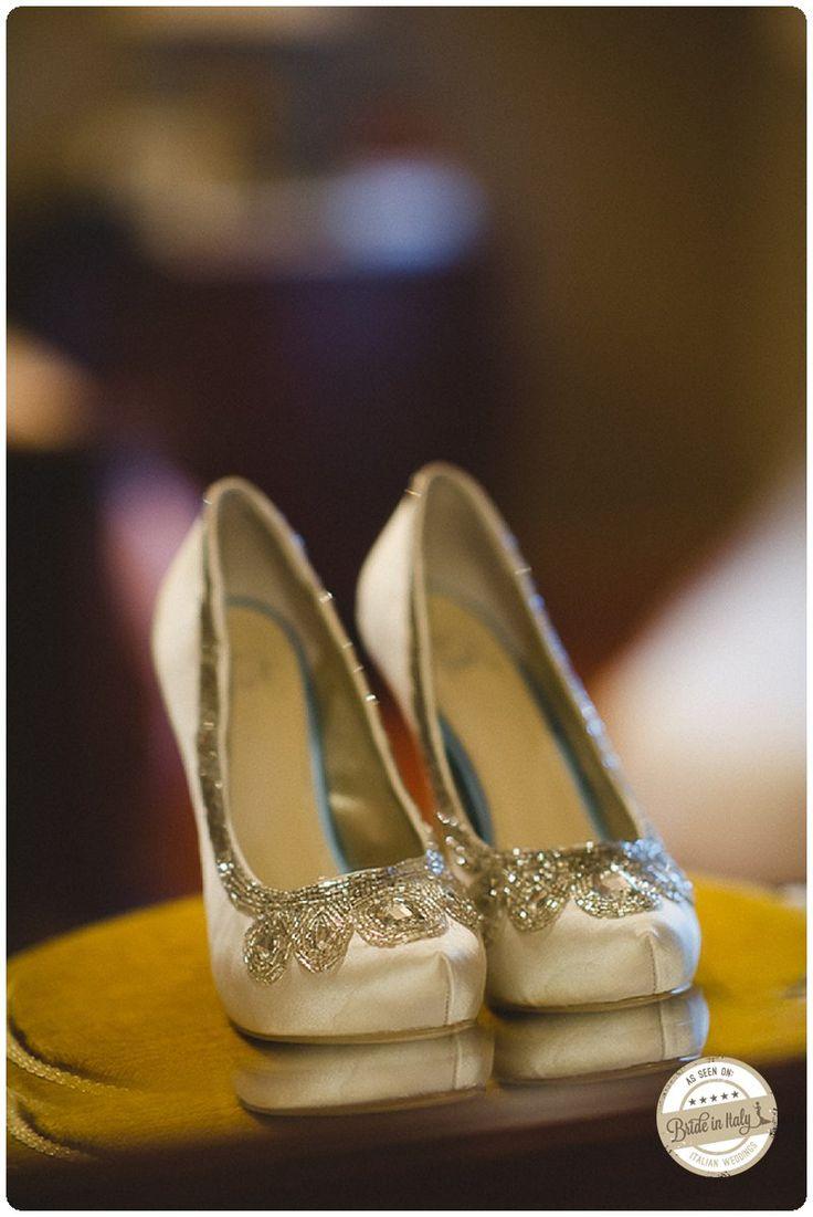 Golden bridal shoes, ph Kellie Saunders http://www.brideinitaly.com/2013/10/kelliesaunders-italianamericans.html #italianstyle #wedding