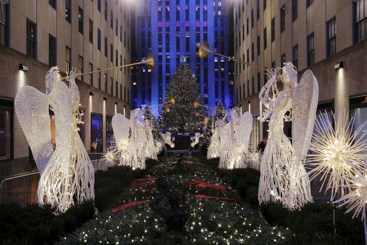 NAVIDAD Y SEGURIDAD EN NUEVA YORK. Un árbol de 10 toneladas con 45.000 luces LED instaladas en unas cinco millas de cable se encendió en medio de la lluvia en el tradicional acto que marca el inicio de la Navidad, en el Rockefeller Center de la ciudad de Nueva York. La celebración se produjo en medio de fuertes medidas de seguridad, entre ellas la prohibición de llevar paraguas. Las mochilas estuvieron también prohibidas. Las calles que rodean la plaza Rockefeller estaban cerradas y los…