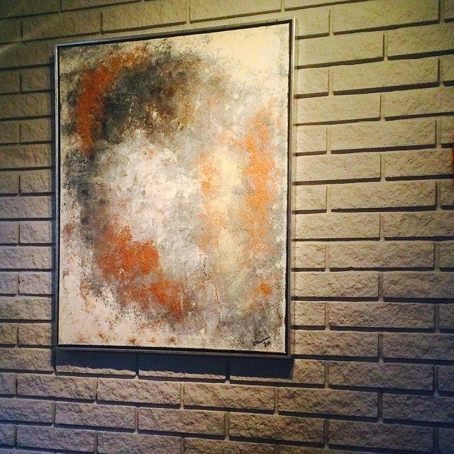 Lerret med sølvramme 50x70cm i fargene hvit, grå, svart og kobber - veldig fint på den gråmalte murveggen #diy #acryl #acrylic #paint #paintings #maleri #malerier #akrylmaling #artwork #kunst