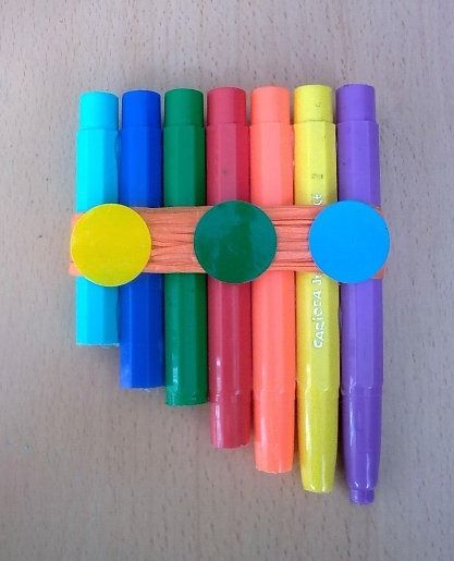 Flauta amb plàstics de retoladors.