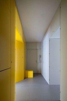 Projektując renowację starego mieszkania, portugalscy architekci Pedro Varela i Renata Pinho zorganizowali przestrzeń na nowo wprowadzając do niej intensywnie żółtą strukturę – specyficzną  meblościankę, która prowadzi od jednego pomieszczenia do drugiego. http://sztuka-wnetrza.pl/319/artykul/zolty-w-rozmiarze-xxl