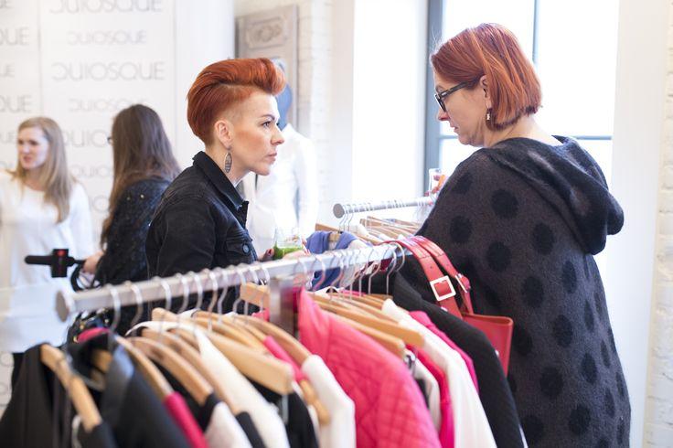 Prezentacja kolekcji to także okazja do kuluarowych rozmów. Wiedzą o tym Agata Michej i Edyta Chomka  #qsq #fashion #work #stylist #press