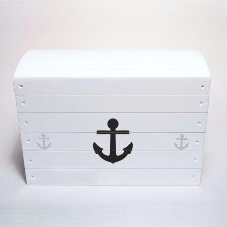 Drewniana skrzynia na zabawki pomalowana na biało i ozdobiona motywem kotwicy w stylu marynistycznym. Pomieści zabawki, klocki, misie i inne skarby malucha.