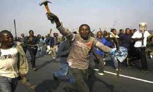 CAGLIARI.UNA MAMMA IN AUTO COL SUO NEONATO,FUORI UN PARCHEGGIATORE ABUSIVO NIGERIANO A CUI HA NEGATO SOLDI LE BLOCCA LA PORTIERA,LA MINACCIA E LE MOSTRA I GENITALI http://www.italiachedimentica.com/?p=870