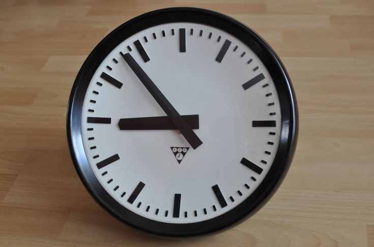 STANDALONE BATTERY-POWERED PRAGOTRON Working Industrial Bakelite Clock 32cm
