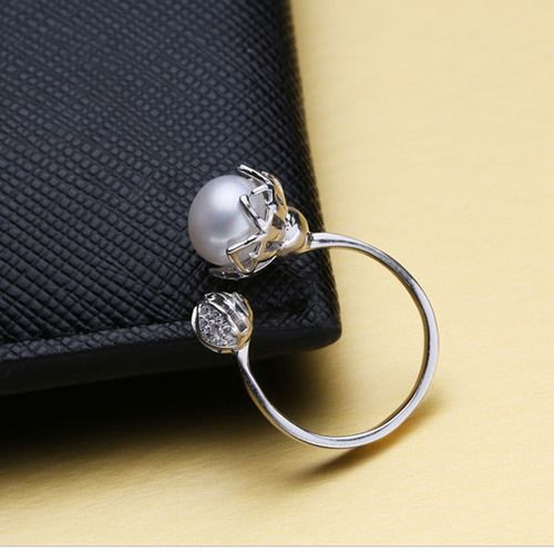 Retailer of exquisite fashion jewelry
