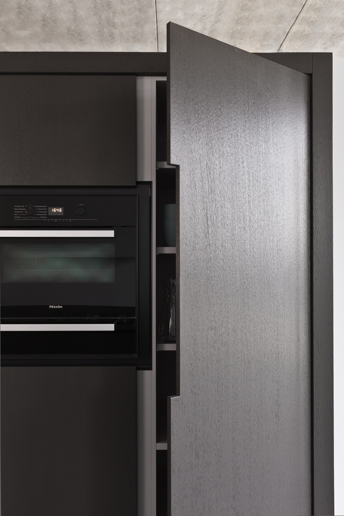 I like the black edge going round the oven/microwave. A Piet Boon kitchen in collaboration with Warendrof.