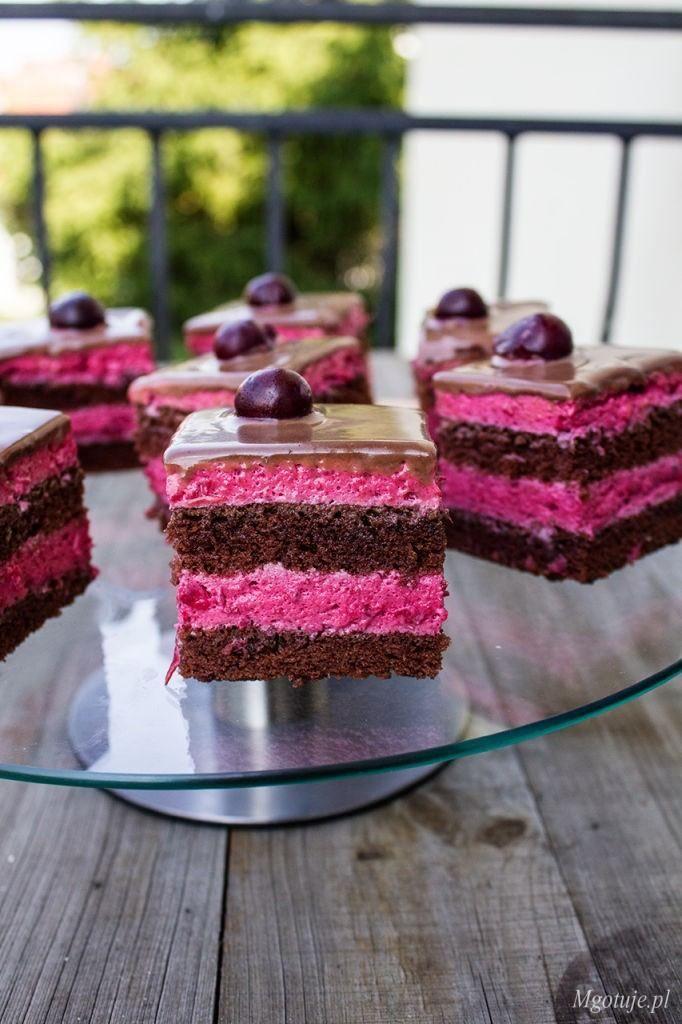 Kostka wiśniowa to przekładane ciasto kakaowymi blatami z kremem z wiśni (poza sezonem można użyć mrożonych). Całość udekorowana jest czekoladowym sosem z