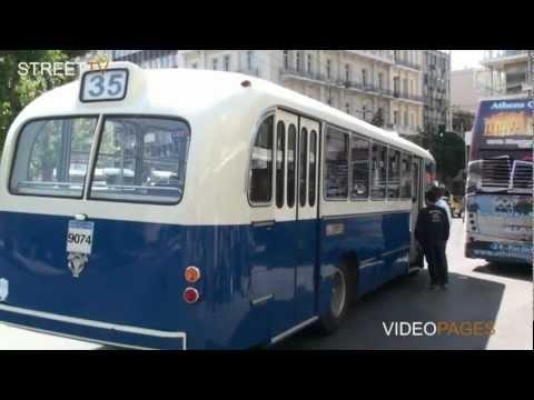 Παλιό λεωφορείο στη σύγχρονη Αθήνα