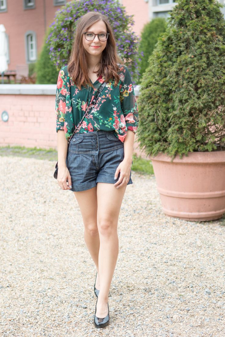 Morgan LeFlay Beauty - Outfit: Seriös in Blumenbluse