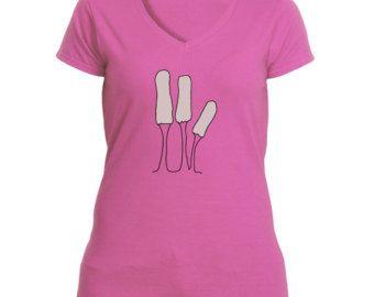 T-shirt féminin ensileuse. Les femmes peuvent nourrir, trop ! 100 % coton jersey pré-rétréci. Vient en Sport gris, blanc et une grande rose vif