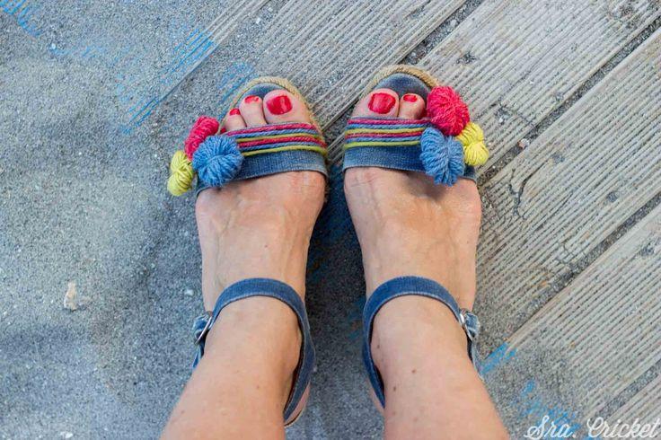 Transformo unas viejas sandalias de esparto en 15 minutos solo con lana y pegamento de tela. Post completo en: http://www.sracricket.com/customizar-unas-sandalias-esparto/