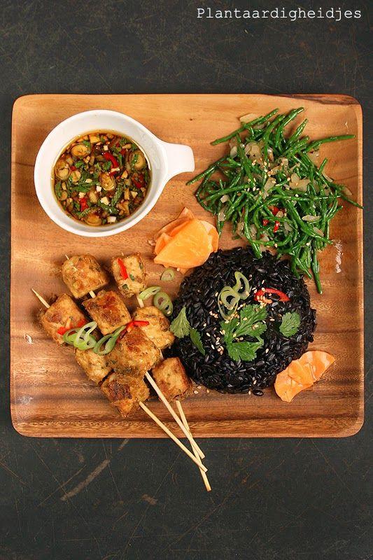 Thaise koriander kokos tempeh-saté met zwarte rijst
