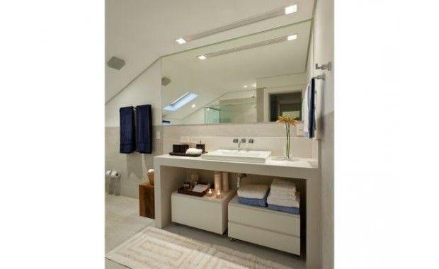 neste banheiro foi utilizada uma luminária de teto embutida que possui luz de destaque nas laterais (AR70) e fluorescente geral no centro (fluorescente T5 14W).
