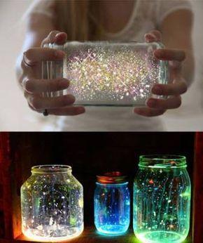 Source: Comment fabriquer une lampe féerique? Il te faut: – Un pot Masson avec couvercle – Un bâton lumineux (glowstick) non-toxique – Des brillants. C'est tout ! Ensuite il…