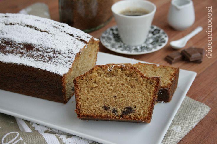 Il plumcake al caffè e cioccolato è un dolce soffice e dal gusto delicato, perfetto per iniziare la giornata con l'energia del caffè e del cioccolato.