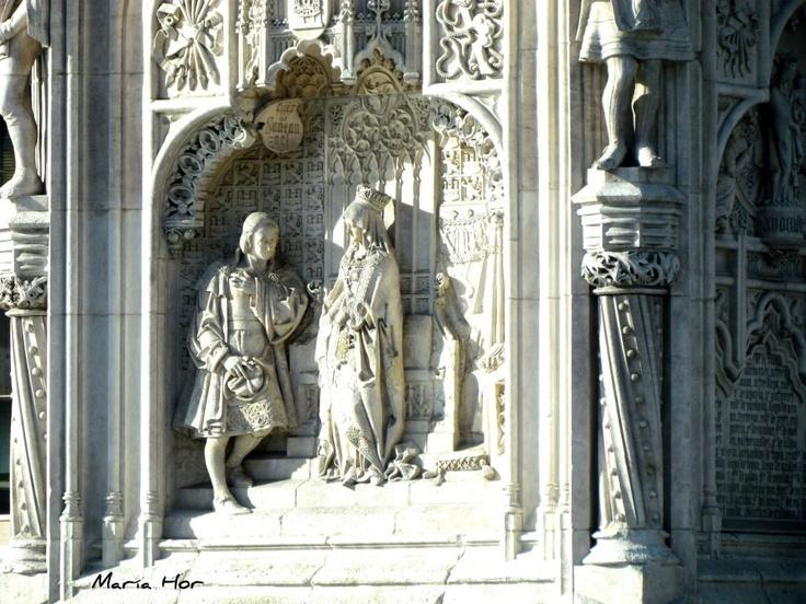 Monumento a Cristobal Colón. La Reina Isabel la Católica exponiendo las joyas.