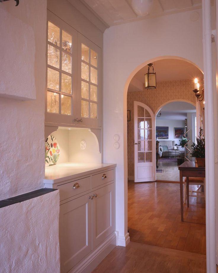 I udda vinklar och vrår är en platsbyggd lösning det bästa alternativet. Detta vackra vitrinskåp står mellan murstock och vägg, och har dessutom trappa som inkräktar både över och under. Men allt går att lösa! #platsbyggt #kök #vitrin #vitrinskåp #serveringsskåp #platsbyggtkök #drömkök #köksinspiration #köksinspo #sekelskifteskök #sekelskifte #köksdetaljer #snickerikök #sven_snickare