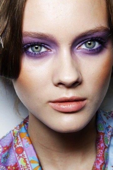 Trucco occhi verdi, ombretto viola sfumato intenso