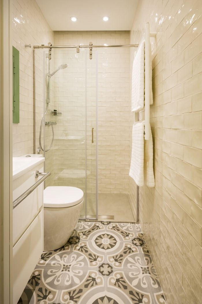 Apartamento en Gràcia  ©pptinteriorismo  #diseñointerior #interiordesign #Barcelona #apartamento #turistico #amarillo #madera #obravista #baldosahidraulica #baño #blanco
