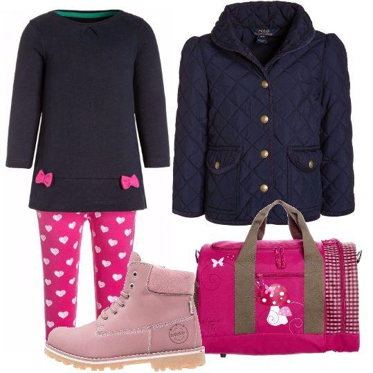 L'abbigliamento giusto da indossare la domenica, per andare a passeggio con le amichette, ma anche per andare a scuola. Questa bimba è pratica, ma anche chic. Comodo completo composto da leggings rosa fucsia con stampa a cuoricini bianchi ed un abitino romantico blu con fiocchetti fucsia. Ai piedi degli stivaletti con lacci, rosa. Finiamo con una borsa fucsia e una giacca trapuntata, blu, da mezza stagione.