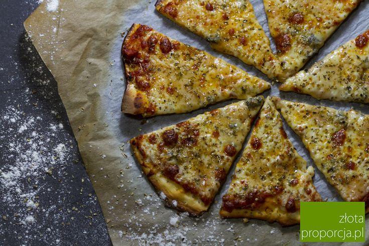 Prawdziwa włoska pizza rozpływa się w ustach - jej ciasto jest cienkie, chrupkie, nie wchłania sosu i dodatków, a sos ma smak świeżo zerwanych pomidorów.
