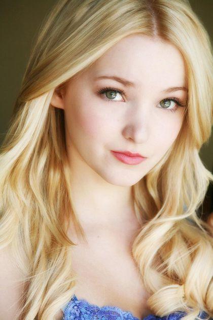 Dove Olivia Cameron (nacida como Chloe Celeste Hosterman el 15 de enero de 1996),tiene 19 años y es una actriz y cantante estadounidense, conocida por sus papeles en la serie original de Disney Channel, Liv y Maddie y en la película original de...