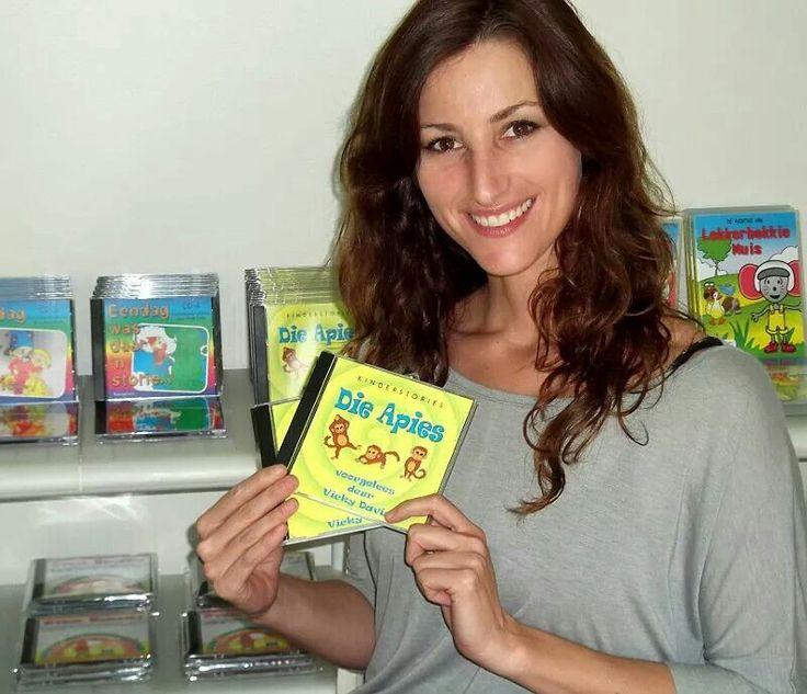 """Vicky Davis lees Afrikaanse kinderstories! """"DIE APIES"""" is beskikbaar by www.AnnaEmm.co.za"""