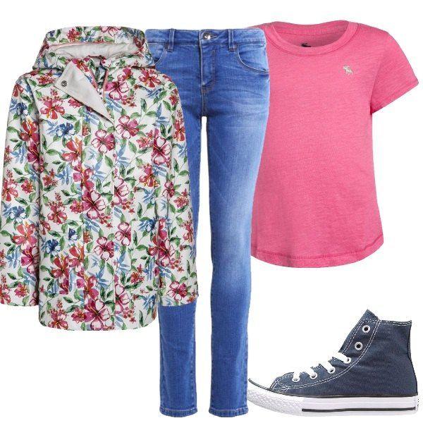Outfit indicato per una bambina trendy e solare composto da impermeabile con cappuccio e fantasia floreale, t-shirt rosa, jeans skinny e Converse alte blu.