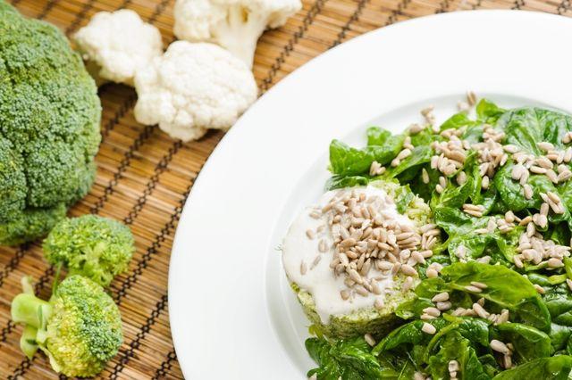 Cuşcuş verde, făurit din bobiţe de broccoli, cu spanac marinat, care are cea mai mare cantitate de vitamina A, dintre legumele verzi.
