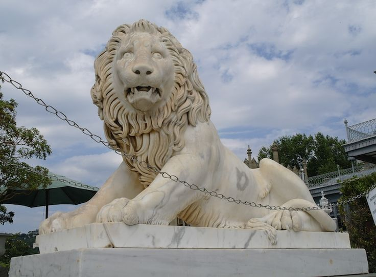 Украшение Воронцовского дворца - мраморные львы. Их 6. Все разные. По легенде, в одном из них нашел сходство с собой Уинстон Черчилль. #индивидуальная #экскурсия #ялта #воронцовский дворец