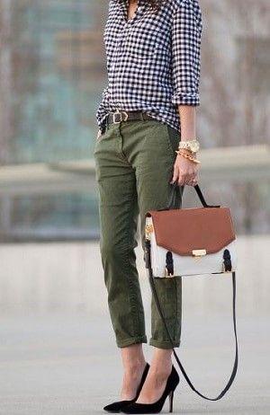 ギンガムチェックシャツとカーキ色パンツコーデ