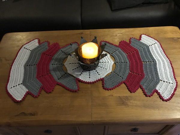 Jetzt Einen Wunderbar Dekorativen Tisch Läufer Häkeln, Der Auch An  Festlichen Tagen Für Gute