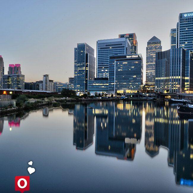 Canary Wharf es un gran complejo de negocios de Londres, situado en la Isla de los Perros en el barrio londinense de Tower Hamlets, en la zona de los Docklands. Es actualmente una importante zona comercial en Londres. No se podría afirmar si tiene mayor relevancia que la City, pero al menos en dimensiones, Canary Wharf es sobrecogedor. No en vano aquí se encuentra One Canada Square, el que fue el rascacielos más alto del Reino Unido hasta que en 2012 se inaugurara The Shard.